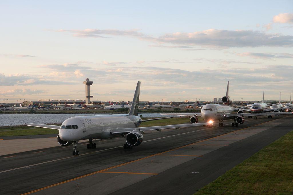 1024px-JFK_Plane_Queue