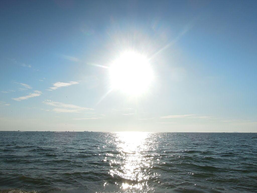1024px-Sun_in_ocean